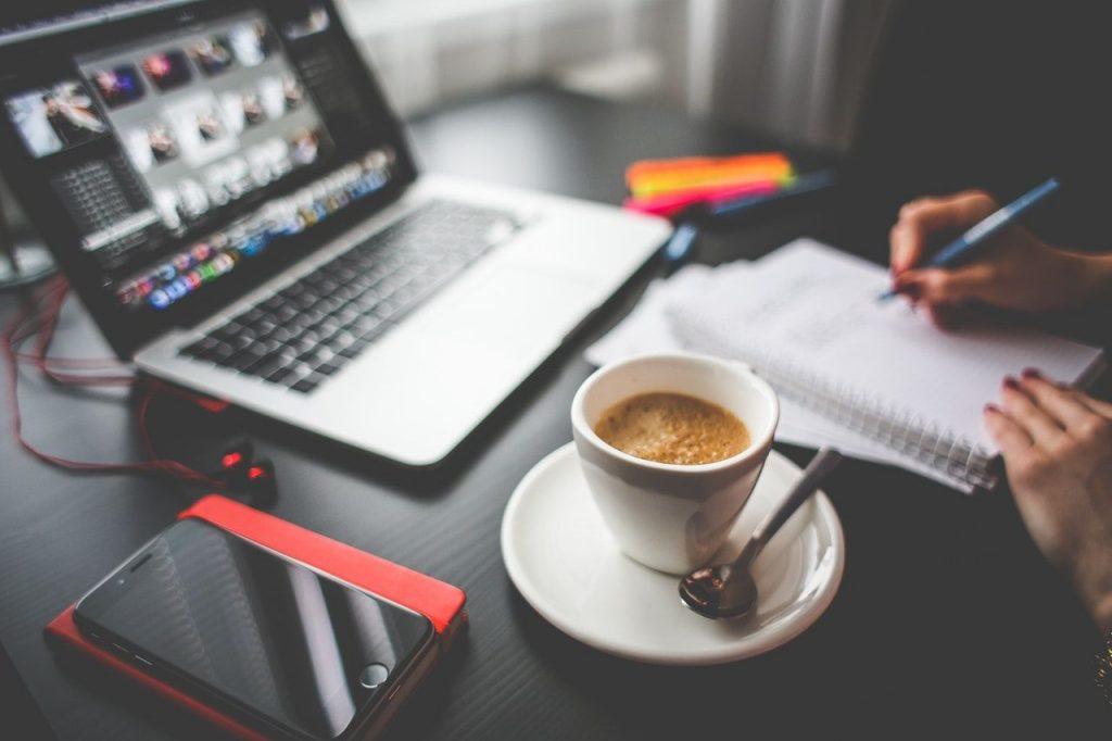 laptop-przy-pracy-i-kawa